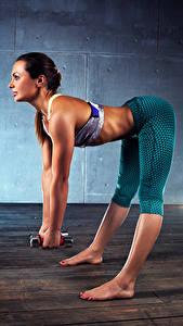 Bilder Fitness Braunhaarige Körperliche Aktivität Hantel Bein Schön junge Frauen Sport