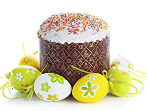Bilder Feiertage Ostern Kulitsch Backware Zuckerguss Weißer hintergrund Eier