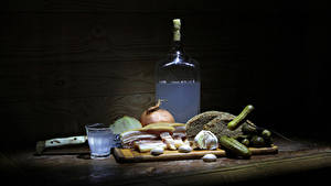 Fotos Stillleben Gurke Wodka Brot Knoblauch Flaschen Schneidebrett Dubbeglas Salo - Lebensmittel das Essen