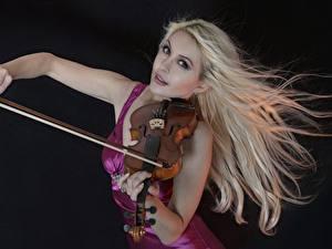Fotos Violine Blond Mädchen Schwarzer Hintergrund Mädchens