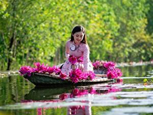 Fotos Asiatische Boot Seerosen Sitzen Lächeln Arbeiten Mädchens