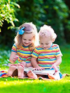 Hintergrundbilder Junge Kleine Mädchen 2 Sitzen Lächeln Gras Kinder