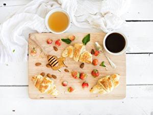 Bilder Kaffee Croissant Honig Erdbeeren Schneidebrett Frühstück Tasse Löffel