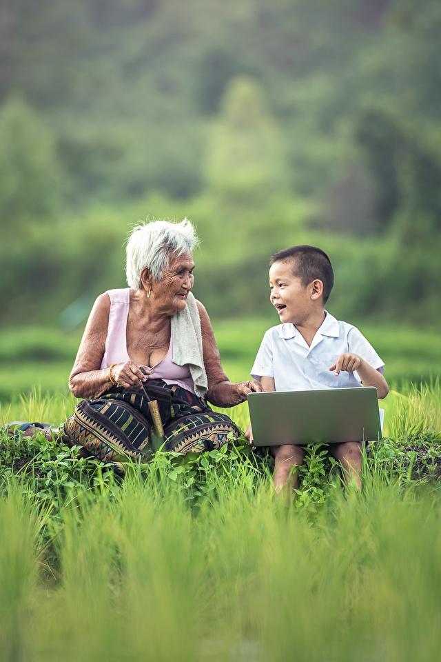 Hintergrundbilder Notebook Junge Alte Frau Kinder Zwei Asiatische Gras Sitzend 640x960 jungen ältere frauen kind 2 sitzt sitzen