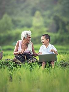 Bilder Asiatische Gras Junge Notebook Sitzend 2 Alte Frau Kinder