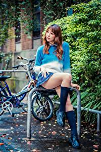 Bilder Asiatische Sitzt Bein Long Socken Rock Sweatshirt junge frau