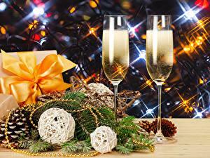 Hintergrundbilder Neujahr Champagner Zwei Weinglas Geschenke Zapfen Ast Lebensmittel