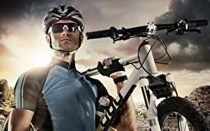 Bilder Mann Helm Brille Fahrräder Uniform sportliches