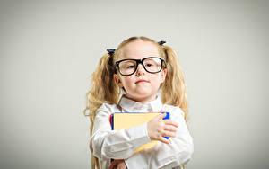 Fotos Schule Grauer Hintergrund Kleine Mädchen Brille Starren Hand Kinder