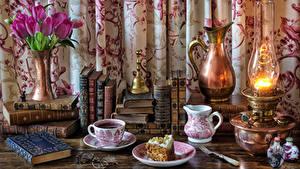 Bilder Stillleben Blumensträuße Tulpen Petroleumlampe Törtchen Kaffee Krüge Tasse Bücher