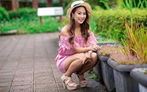 Hintergrundbilder Asiaten Der Hut Braune Haare Lächeln Sitzt Starren Unscharfer Hintergrund junge frau