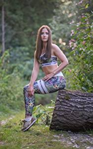 Desktop hintergrundbilder Fitness Gras Baumstamm Braune Haare Sitzend Uniform Hand Bein Julia-Pia junge frau