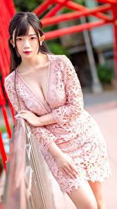 Hintergrundbilder Asiatisches Posiert Kleid Dekolletee Starren Bokeh Mädchens