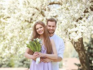 Bilder Valentinstag Liebe Tulpen Mann Zwei Dunkelbraun Lächeln Mädchens
