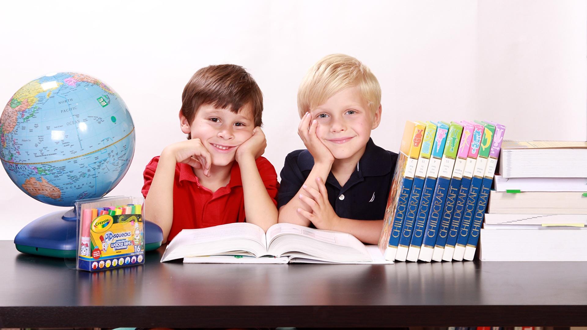 Hintergrundbilder Junge Schule Globus Lächeln Kinder Zwei Buch Sitzend 1920x1080 2