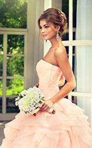 Fonds d'écran Bouquets Aux cheveux bruns Mariées Les robes jeune femme