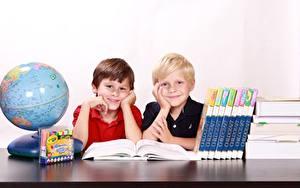 Bilder Schule Globus Junge Buch Zwei Sitzen Lächeln Kinder