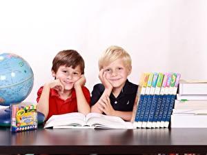 Bilder Schule Globus Junge Buch Zwei Sitzend Lächeln Kinder