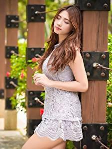 Bilder Asiatische Unscharfer Hintergrund Braune Haare Kleid Hand junge Frauen