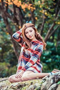 Fotos Asiatisches Kleid Sitzend Bokeh Blick junge frau
