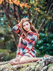 Fotos Asiatisches Kleid Sitzend Bokeh Blick