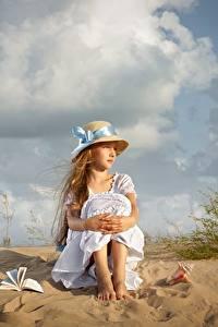 Hintergrundbilder Kleine Mädchen Sitzt Der Hut Sand Kleid Dmitry Usanin