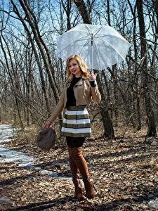 Fotos Frühling Victoria Borodinova Regenschirm Jacke Rock Bein Stiefel Blondine junge frau