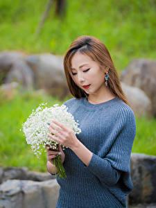 Bilder Blumensträuße Maiglöckchen Asiaten Unscharfer Hintergrund Hand Braune Haare junge frau Blumen