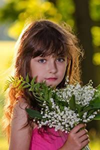 Bilder Sträuße Maiglöckchen Bokeh Kleine Mädchen Braune Haare Blick