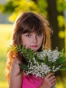 Bilder Sträuße Maiglöckchen Bokeh Kleine Mädchen Braune Haare Blick Kinder