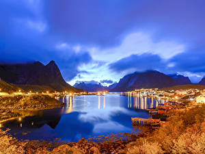 Hintergrundbilder Norwegen Lofoten Abend Gebäude Herbst Gebirge Schiffsanleger Bucht Reine Natur