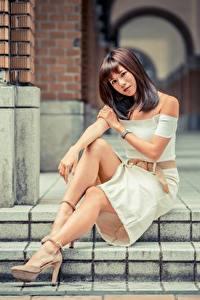 Hintergrundbilder Asiaten Unscharfer Hintergrund Braune Haare Sitzt Hand Bein junge frau