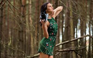 Hintergrundbilder Fotoapparat Unscharfer Hintergrund Brünette Hand Kleid Pose Mädchens
