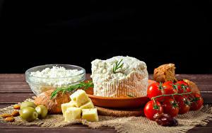 Bilder Topfen Weißkäse Quark Hüttenkäse Käse Oliven Tomate Brot Schwarzer Hintergrund