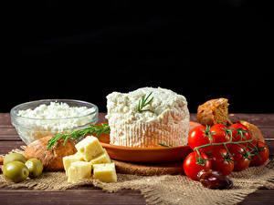 Bilder Topfen Weißkäse Quark Hüttenkäse Käse Oliven Tomate Brot Schwarzer Hintergrund Lebensmittel
