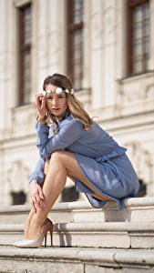 Hintergrundbilder Stiege Sitzen Bein Kleid Kranz Blick Unscharfer Hintergrund Justyna junge frau