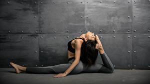 Fotos Fitness Wände Brünette Körperliche Aktivität Bein Mädchens Sport