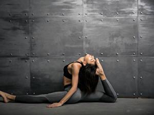 Fotos Fitness Mauer Brünette Körperliche Aktivität Bein Mädchens Sport