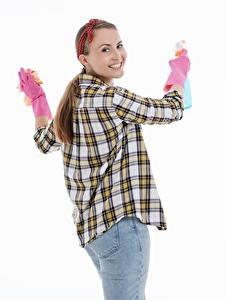 Hintergrundbilder Weißer hintergrund Braune Haare Starren Lächeln Hand Handschuh Hemd Jeans Putzfrau junge frau