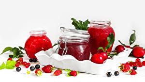 Bilder Beere Meertrübeli Erdbeeren Himbeeren Warenje Weißer hintergrund Einweckglas das Essen
