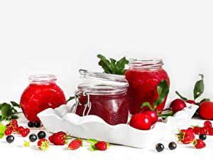 Bilder Beere Meertrübeli Erdbeeren Himbeeren Warenje Weißer hintergrund Einweckglas