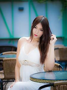 Fotos Asiatische Braune Haare Starren Unscharfer Hintergrund Sitzend Hand Kleid junge Frauen