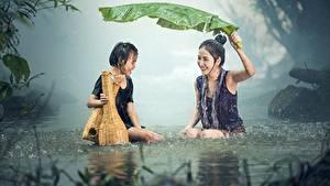 Hintergrundbilder Asiatische Regen Kleine Mädchen Sitzend Zwei Blattwerk Nass Lachen Kinder