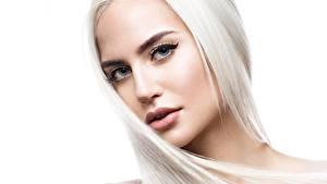 Bilder Hübsch Gesicht Blond Mädchen Haar Weißer hintergrund Starren