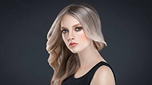 Fotos Grauer Hintergrund Blondine Starren Haar