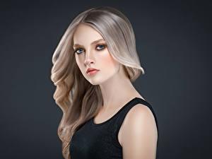 Fotos Grauer Hintergrund Blondine Starren Haar junge Frauen