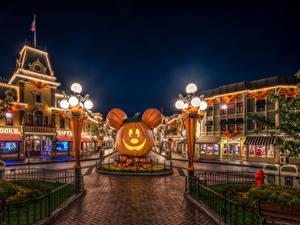 Hintergrundbilder USA Park Disneyland Haus Kürbisse Halloween Nacht HDR Design Kalifornien Anaheim Straßenlaterne Städte