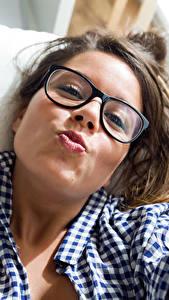 Fonds d'écran Aux cheveux bruns Lunettes Regard fixé Visage jeunes femmes
