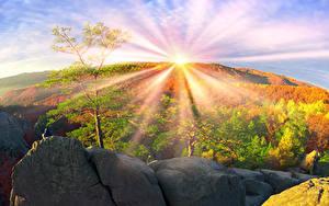 Fotos Ukraine Herbst Gebirge Steine Transkarpatien Sonne Bäume Lichtstrahl Natur