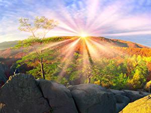 Fotos Ukraine Herbst Gebirge Steine Transkarpatien Sonne Bäume Lichtstrahl